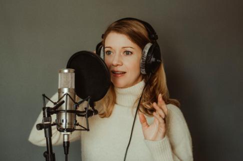 bilingual Franco-British Voiceover artist